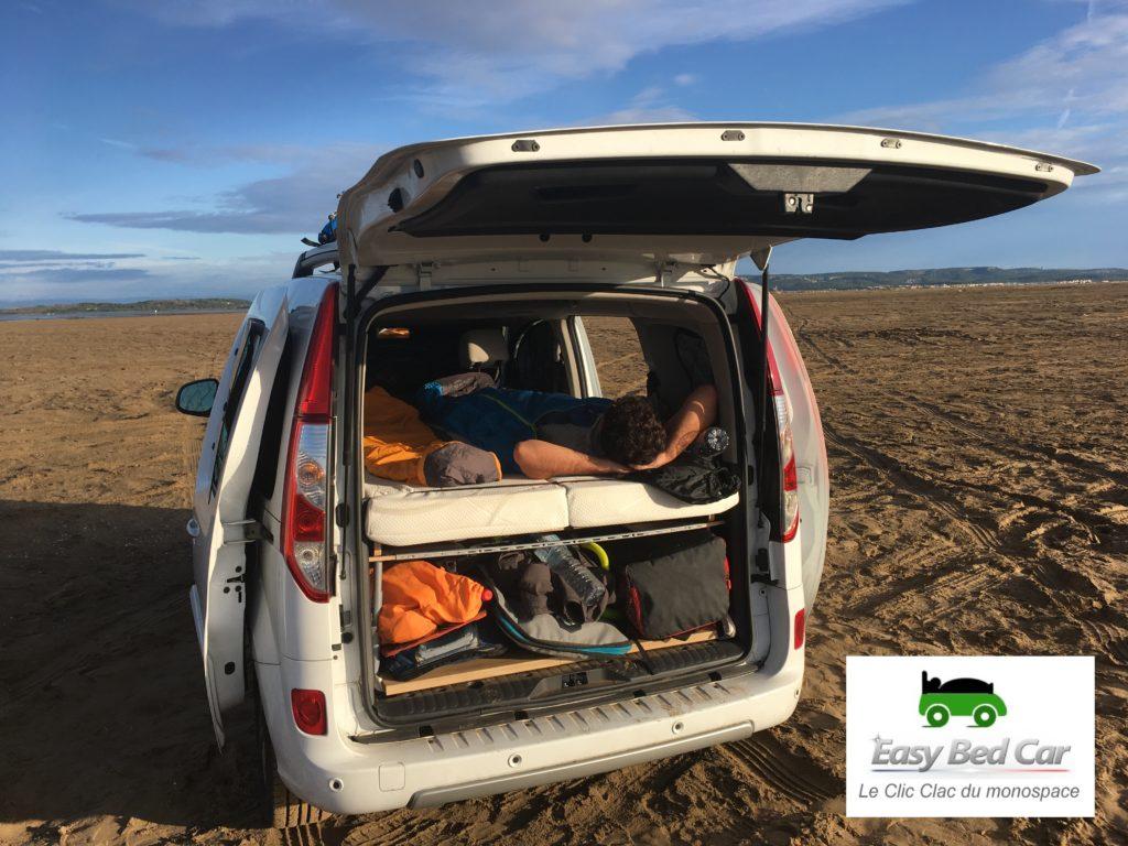 Kangoo renault équipé du lit Easy Bed Car sur une plage