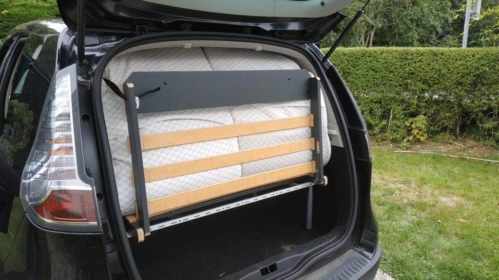 vue arrière Scenic Renault avec lit plié